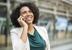 Mujer ejecutiva llamando por teléfono